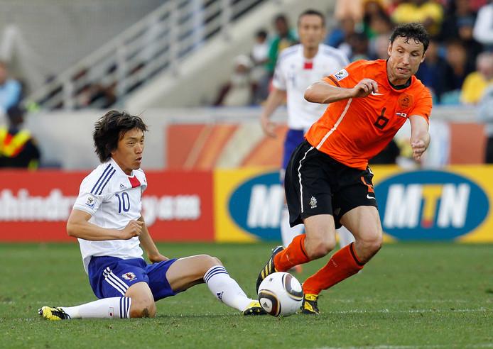 Shunsuke Nakamura in duel met Mark van Bommel op het WK 2010.