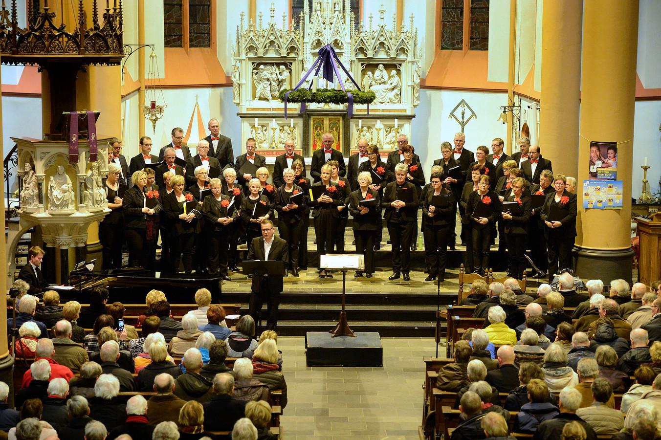 Het Pancratiuskoor zingt zondagochtend in alle vroegte voor de deelnemers aan de Samenloop voor Hoop.