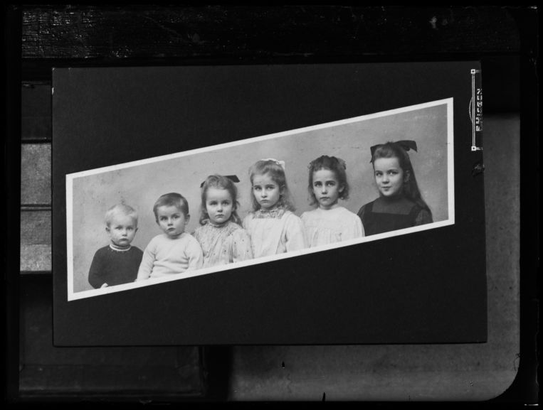 Reproductiefoto (1930-1959) van familiefoto.  Beeld Hollandse Hoogte / Nederlands Fotomuseum