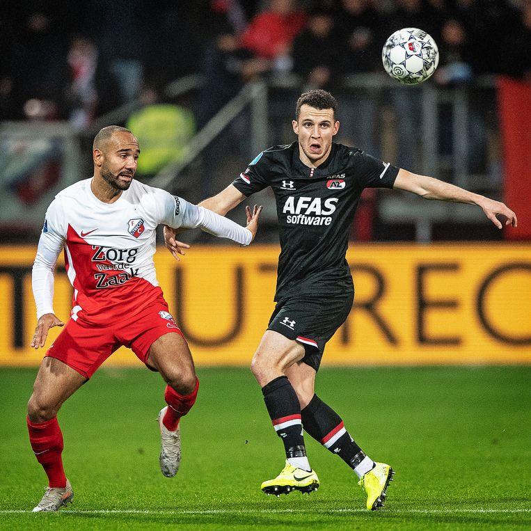 Oussama Idrissi heeft oog voor de bal, Sean Klaiber alleen voor de AZ aanvaller. Beeld Guus Dubbelman / de Volkskrant