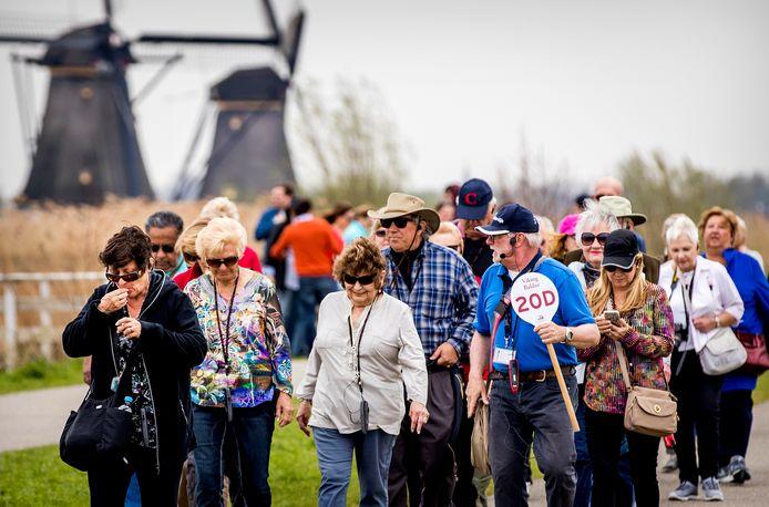 Toeristen bij de molens van Kinderdijk.