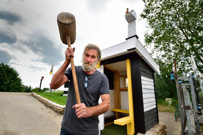 Houtkunstenaar Jan Mostert maakte een poortwachtershuisje als entree voor GOUDasfalt.
