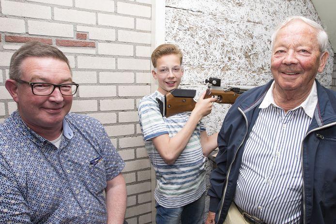 Voorzitter Antoine Dangremond links, oudste lid Karel Tharner rechts en jongste lid Martijn de Jong midden.
