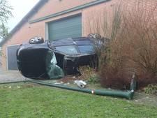 Auto slaat over de kop en botst tegen een schuur in Reusel