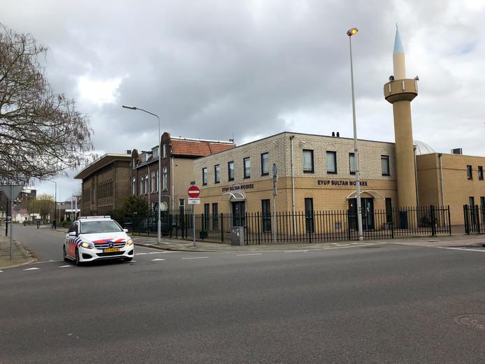 De politie patrouilleert onder meer in Apeldoorn langs het NS-station en de vlakbij gelegen Turkse moskee.