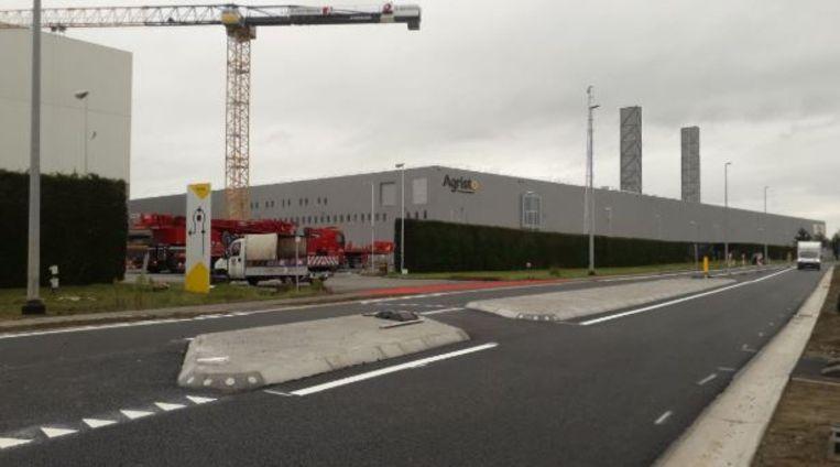 De fietsoversteekplaats langs de N382, ter hoogte van de Grote Molstenstraat en het bedrijf Agristo, is afgewerkt.