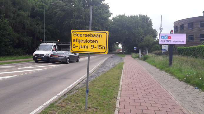 De Beersebaan donderdagochtend: links het gele waarschuwingsbord, rechts het digitale informatiebord van de gemeente Cuijk.