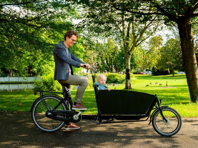 Het is even oefenen met wegrijden, maar dan rijdt de tweewielbakfiets als een gewone fiets.