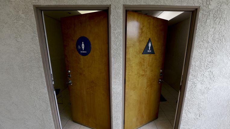 Een mannen- en vrouwentoilet in California, waar mogelijk wetgeving voor transgenders weer versoepeld wordt. Beeld ap