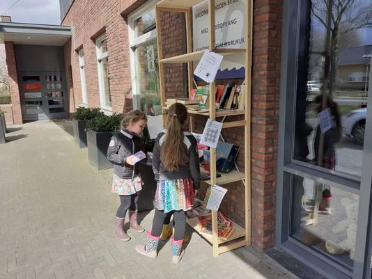 In de ruilkast bij Den Bolder zijn naast boeken en CD's ook spellen en puzzels te vinden.
