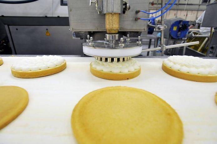 De productie van taarten bij Maître Paul in Tilburg. Het bedrijf heeft een Japanse eigenaar.\n