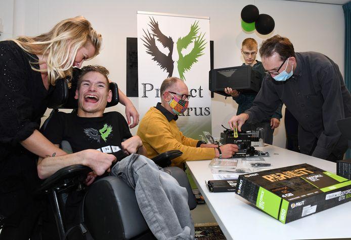 Bij het project Icarus in Culemborg wordt door jongeren serieus gewerkt met computers en software, maar het sociale aspect is ook belangrijk dus is er tussendoor tijd voor een lolletje.