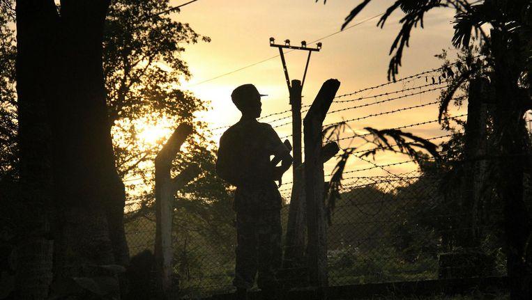 Een grenswacht bij een politiepost die eerder werd aangevallen door moslimmilitanten. Beeld ap
