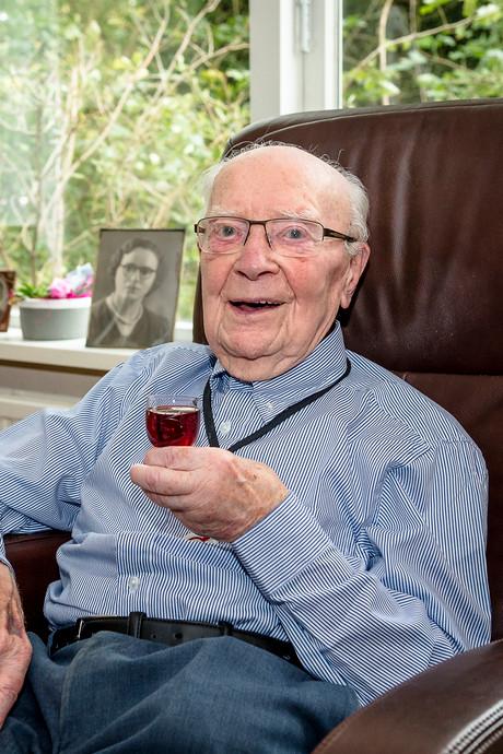 Elke dag 'n Tuc en jenever: 'Ik wil de oudste man van Nederland worden'