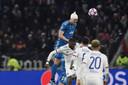 Matthijs de Ligt torent, met tulband, boven iedereen uit in de Champions League-wedstrijd tegen Olympique Lyon.