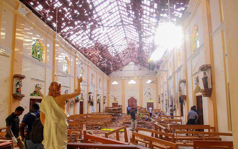 Een ware ravage na de explosie in een kerk in Negombo.