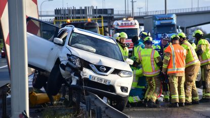 Fransman rijdt met auto op vangrails langs E17: verkeershinder beperkt