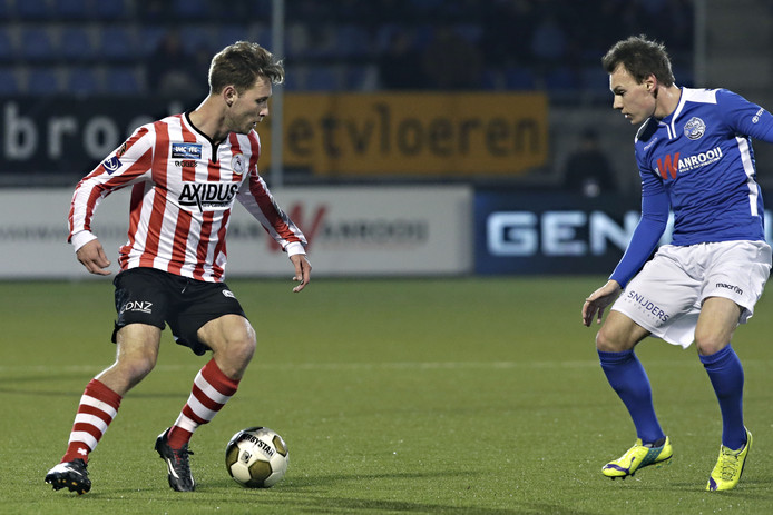 Joey Belterman (rechts) voor FC Den Bosch in actie tegen  Thomas Verhaar.