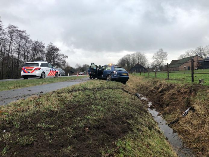 De auto belandde in een greppel naast de weg.