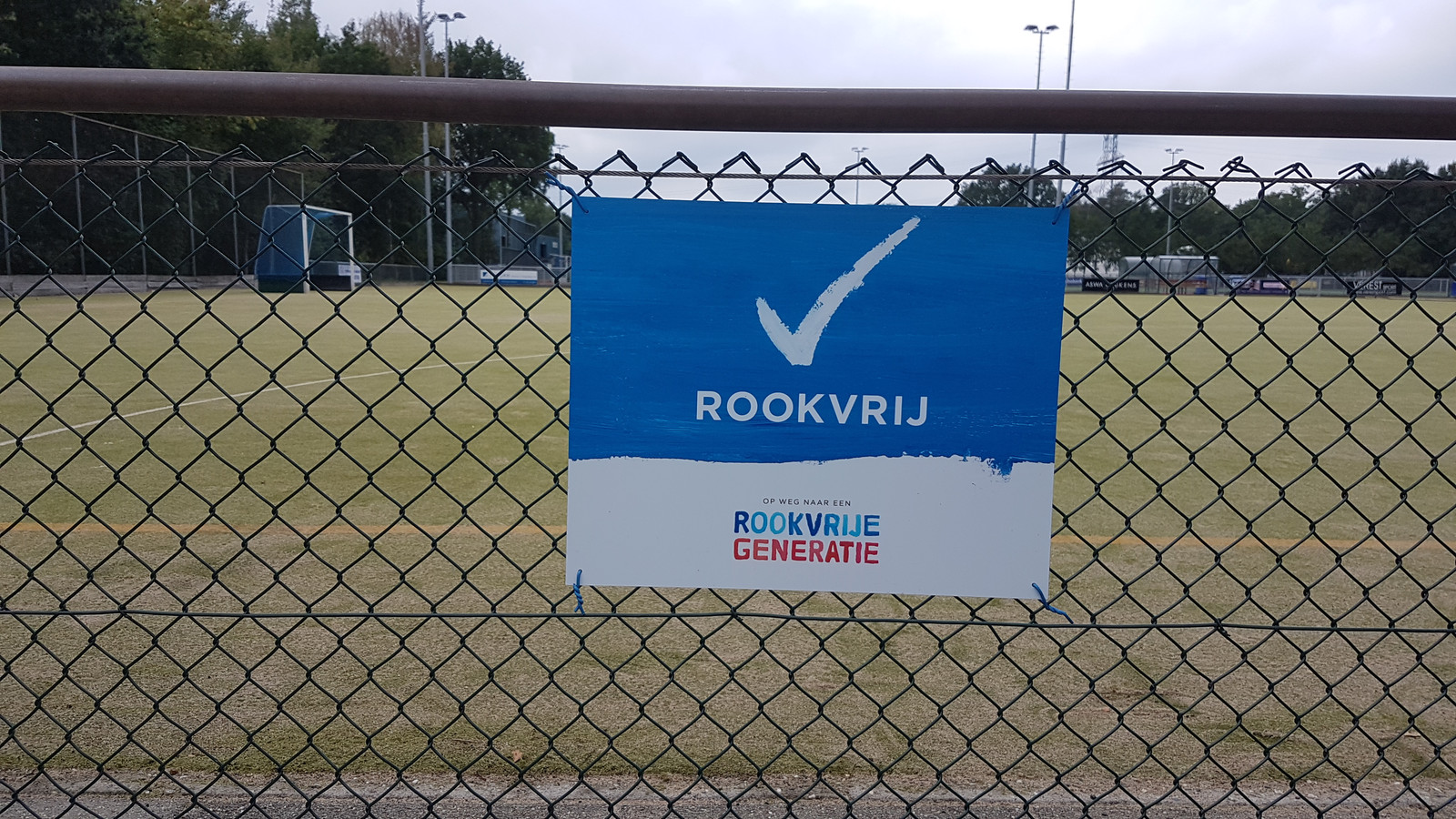 Ook rond de hockeyvelden hangen borden met het begrip 'Rookvrij'.