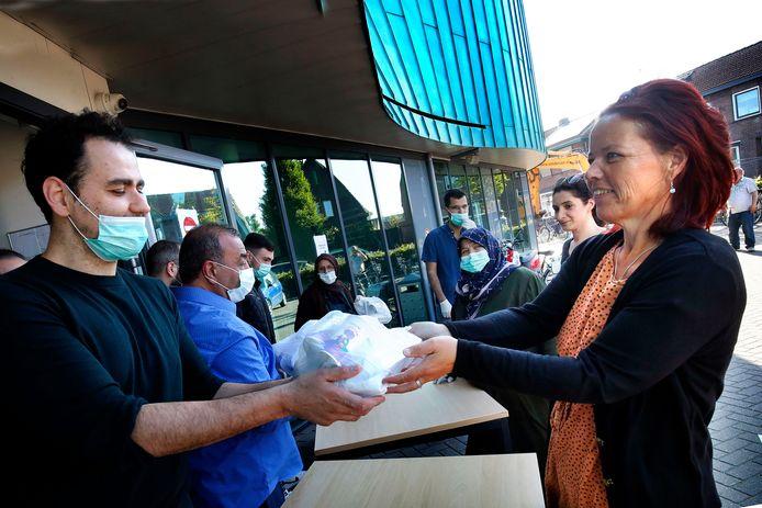Een van de velen die een 'iftar to go' kwam afhalen bij de Turkse moskee Anadolu was Martine Visser van de Voedselbank Leerdam.