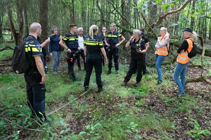 Een rescueteam gaat bij het Rutbeek op zoek naar Loes de Groot-Veenendaal uit Eibergen. Rechts, met pet, dochter Louise Jonkman-Mengerink.