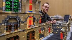 LEGO Master Corneel (22) bouwt Iepers icoon Lakenhallen met Belfort na