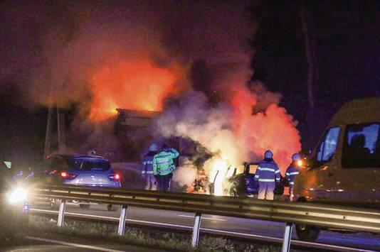 Een man werd net op tijd gered uit een brandende auto na een ernstig ongeluk op A12.