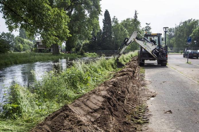 Het waterschap legt een nooddijk aan langs de Dommel in Geldrop