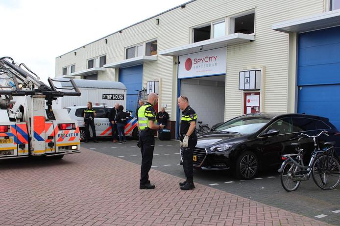 De politie doet onderzoek bij de spyshop Spy City in Amsterdam.