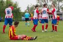 Spelers van DwO'15 (rechts) vieren een doelpunt tegen Stavenisse. Zaterdag gaan zij op bezoek bij Hoedekenskerke/Kwadendamme voor de 'superderby'.
