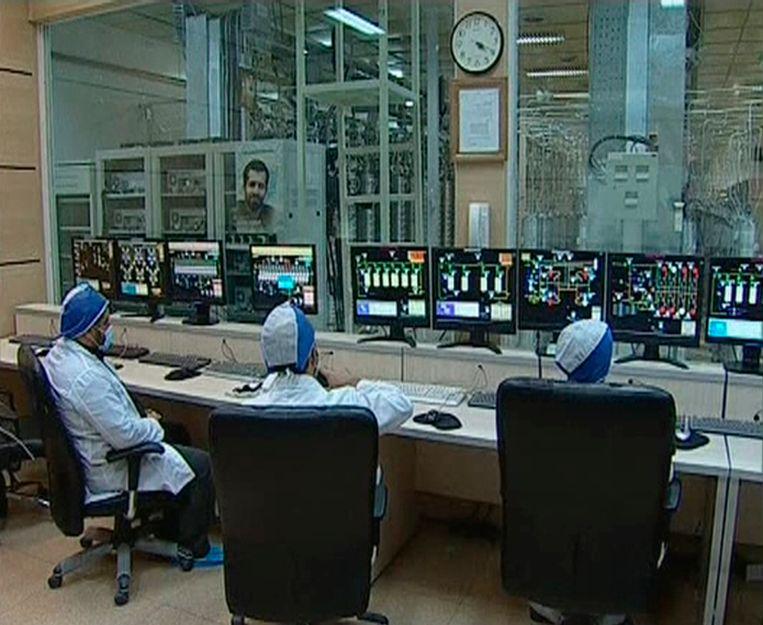Iraanse technici In de controlekamer in Natanz. Het virus stuurde foutieve informatie door. Op de computerschermen lijkt alles daardoor te werken zoals de bedoeling is. Beeld Reuters