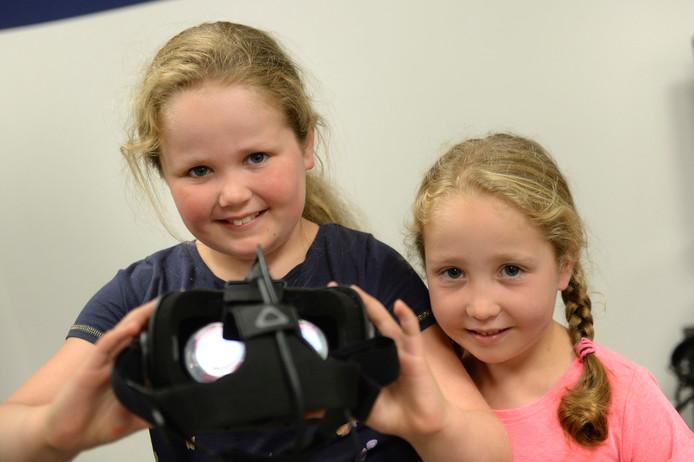 Hoe patiënten trainen met hulp van virtual reality, mochten Femke en Karlijn zelf ervaren.