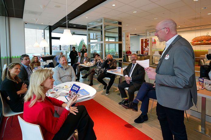 Staatssecretaris Mona Keijzer (rode jas) in 2019 op de bovenverdieping van de Hema in Roosendaal. Rechts Roeland van de Velde van ondernemersvereniging Collectief.