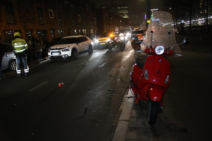 Een scooterrijder is vanavond gewond geraakt door een botsing met een auto op de Lekstraat in de Haagse Rivierenbuurt. Het slachtoffer is met verwondingen naar een ziekenhuis overgebracht.