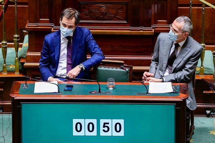 Minister van Volksgezondheid Frank Vandenbroucke (sp.a, r.) en premier Alexander De Croo (Open Vld, l.) in de Kamer (archiefbeeld).