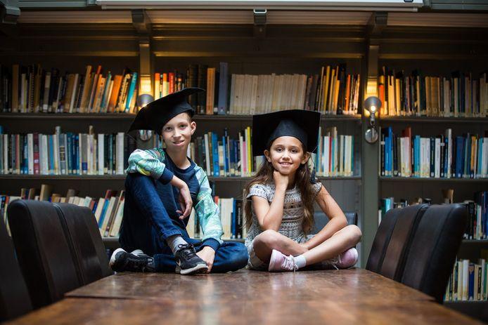In Breda kunnen kinderen, net als in andere plaatsen in Nederland al gebeurde, na een reeks kindercolleges hun MuseumJeugdUniversiteit-diploma halen. Op de foto: twee Utrechtse afgestudeerden