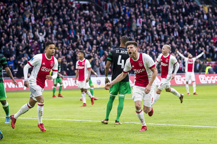 Klaas Jan Huntelaar (M) heeft de 2-0 gescoord