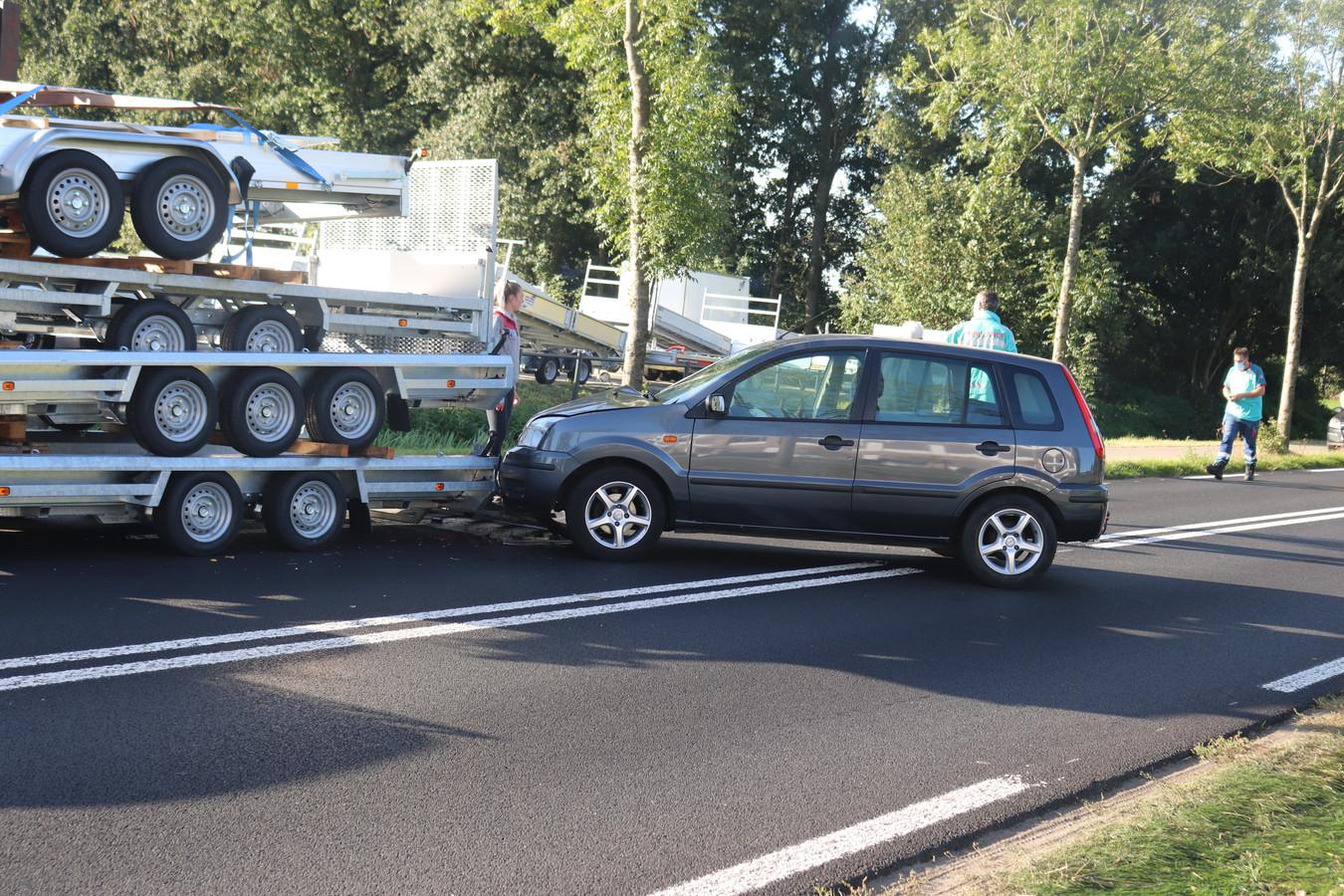 Een bestuurder van een auto is vrijdagochtend tegen een aanhanger gebotst op de Scherpenzeelseweg in Barneveld.
