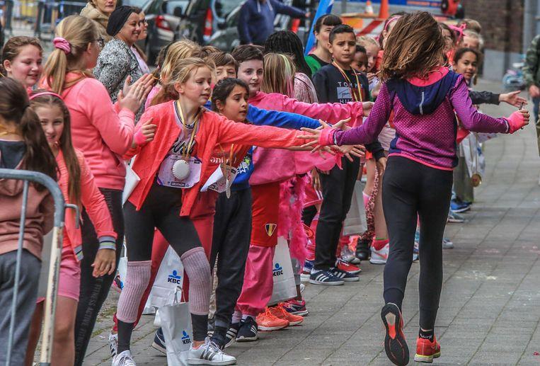 De kinderen van basisschool KBK-OLV van Vlaandere, en ook ouders en leerkrachten, hebben vrijdag samen 500 kilometer gelopen ten voordele van Think Pink.