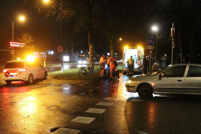 De onfortuinlijke scooterrijder wordt de ambulance ingetild.
