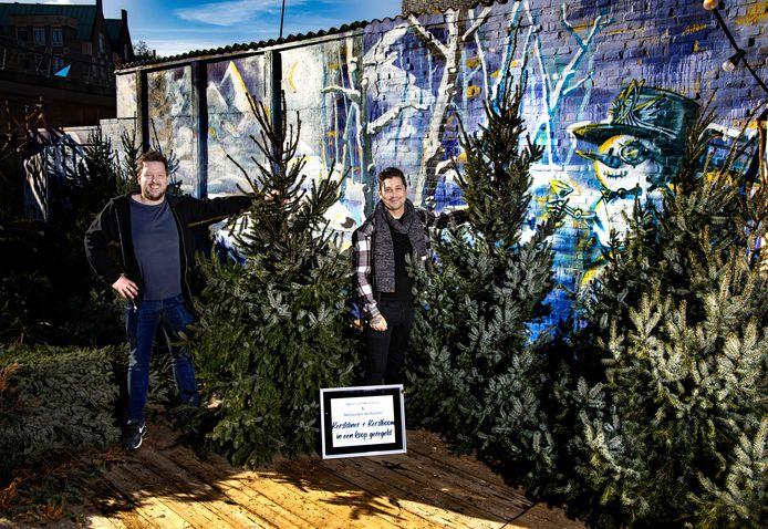 Geert Blenckers en Jermain de Rozario tussen de kerstbomen in Bobby's Wintertuin in Helmond.