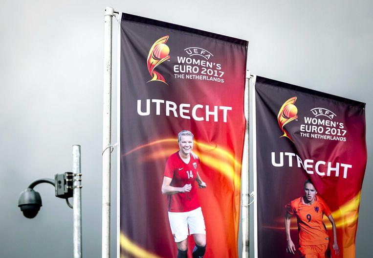 Vlaggen met het logo van het EK voetbal voor vrouwen bij stadion Galgenwaard in Utrecht.  Beeld ANP