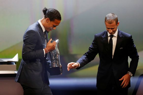 Soccer Football - Champions League Group Stage draw - Grimaldi Forum, Monaco - August 29, 2019   Liverpool's Virgil van Dijk is presented with the UEFA Men's Player of the Year award by President Aleksander Ceferin   REUTERS/Eric Gaillard