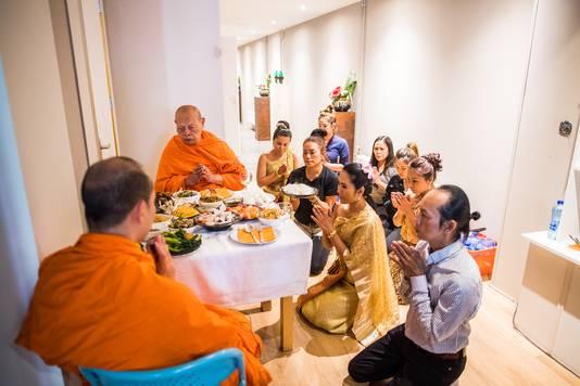 Een tempeltafereel in huiselijke kring: de monniken van The Buddharama Temple uit Waalwijk genieten van de maaltijd.
