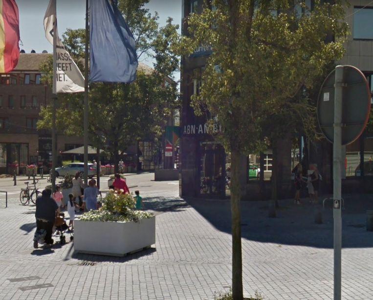 Google Street View wijst uit dat het gebouw in het midden het ABN AMRO-kantoor van Hasselt. Links is een stuk van het Holiday Inn-hotel te zien.