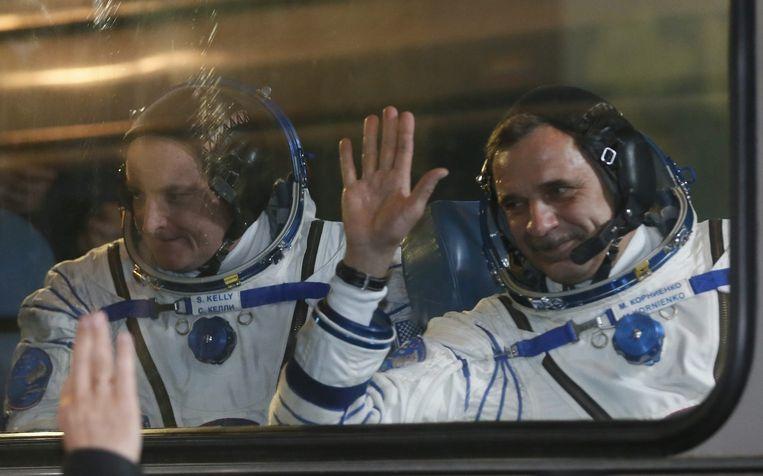 De Amerikaanse astronaut Kelly (links) en zijn Russische collega Kornienko. Beeld epa