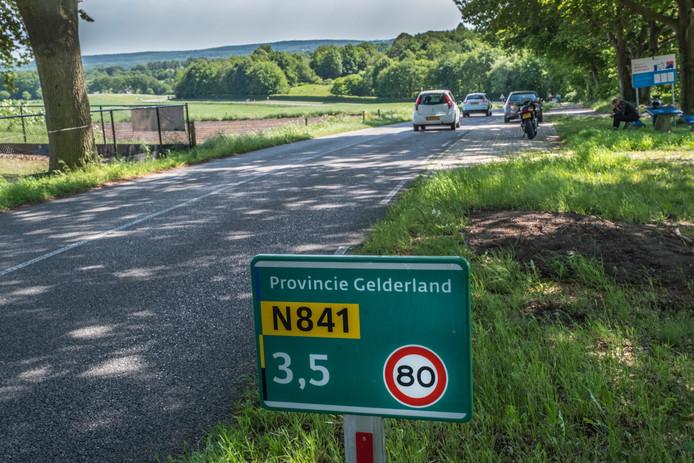 De Zevenheuvelenweg In Groesbeek (N841) is nu nog een tachtig kilometerweg maar er zijn plannen om er hier zestig kilometer van te maken.
