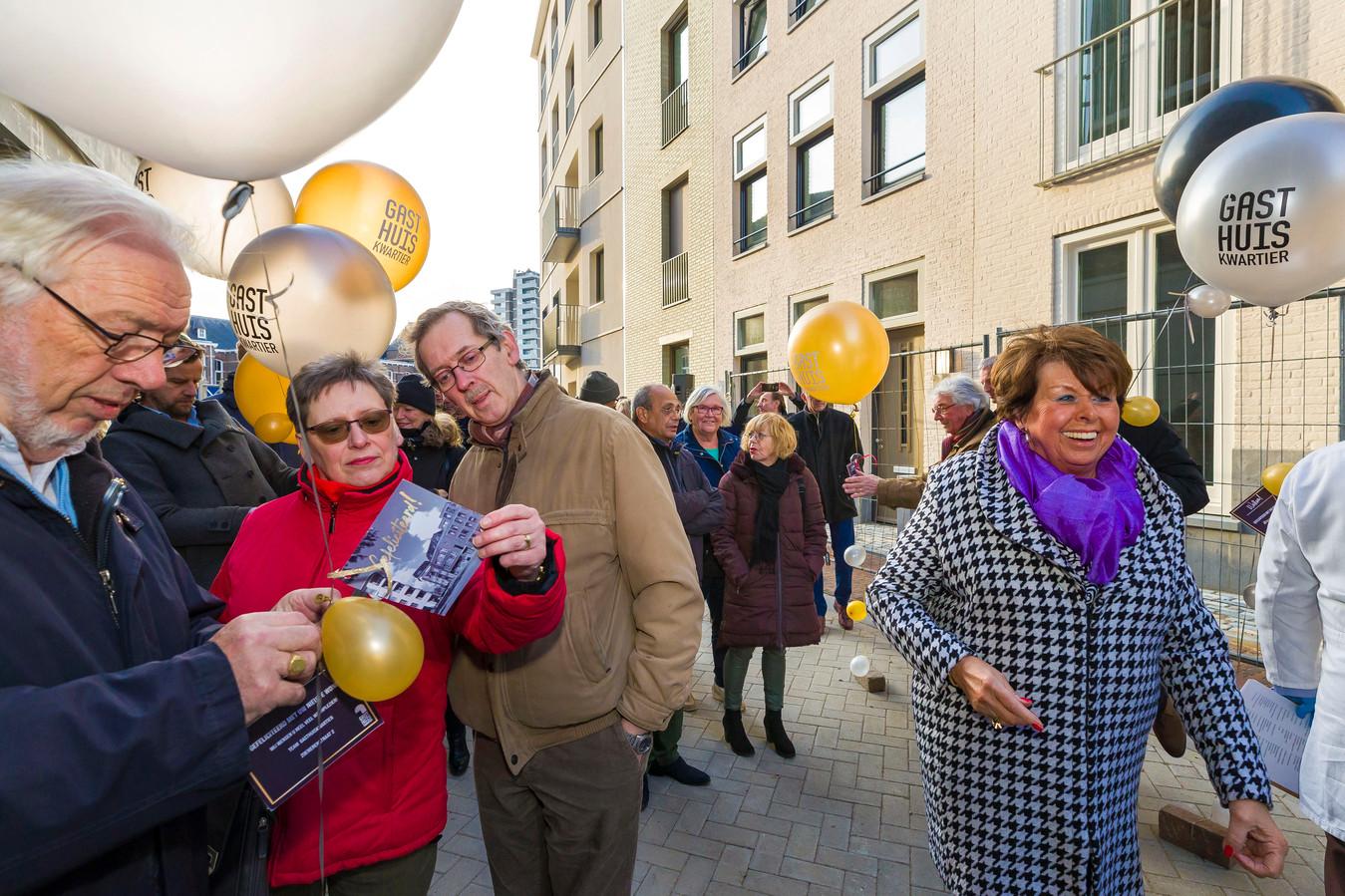 Met ballonnen werden de eerste bewoners van het Gasthuiskwartier voorzien van de huissleutels.