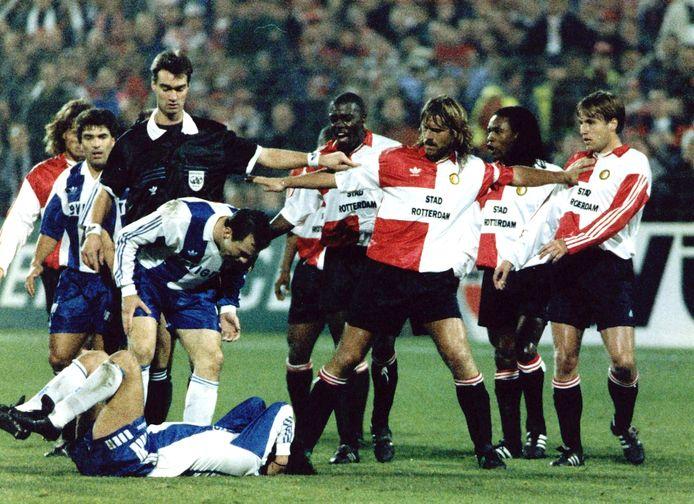 John de Wolf (m) bij één van de vele opstootjes tijdens Feyenoord - Porto. Ook in de heenwedstrijd in Portugal ging het er stevig aan toe.
